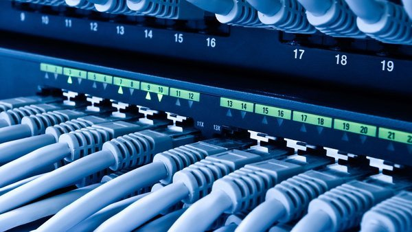 0258000008198778-photo-cables-ethernet-switch-r-seau-serveur.jpg
