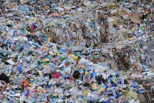 01F4000007495319-photo-des-montagnes-de-d-chets-dans-une-usine-de-recyclage.jpg