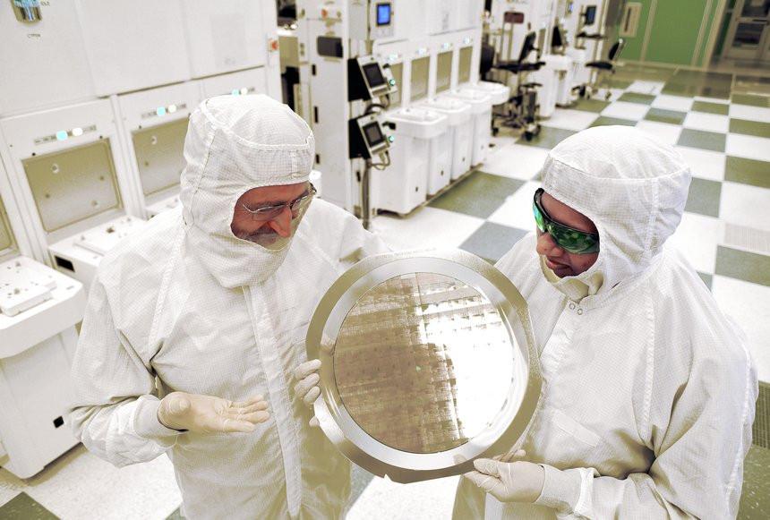 035C000008108638-photo-ibm-7-nm-chipset.jpg