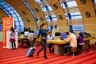 0140000007445347-photo-passagers-l-espace-internet-en-salle-d-embarquement-du-hall-k-de-paris-charles-de-gaulle.jpg