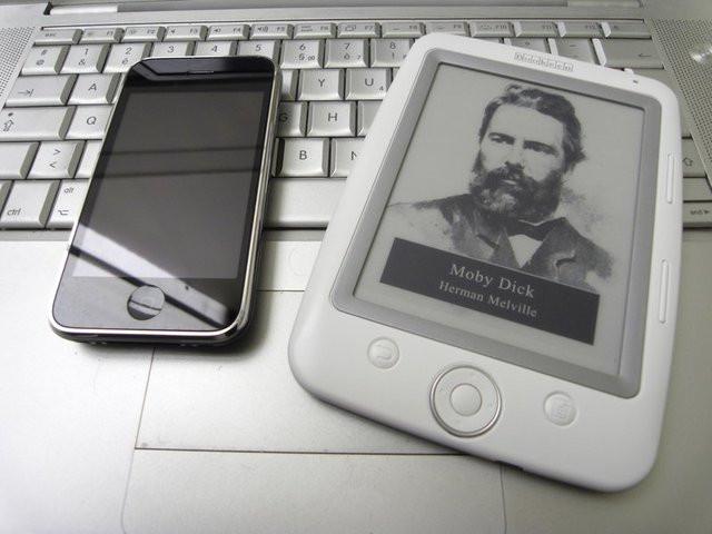 0280000002474492-photo-iphone-vs-cybook-opus.jpg