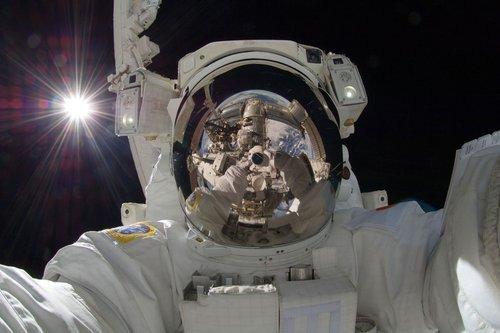 01f4000007201542-photo-un-astronaute-se-prend-dans-l-espace.jpg