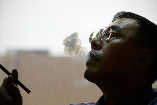 01F4000006678621-photo-l-inventeur-de-la-cigarette-lectronique-le-chinois-hon-lik-le-23-septembre-2013-dans-son-bureau-de-p-kin.jpg
