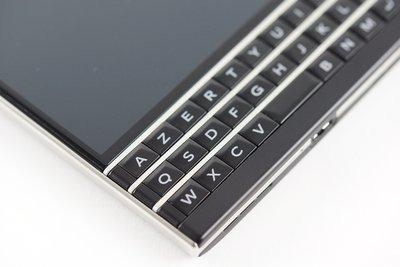 0190000007649937-photo-blackberry-passport.jpg