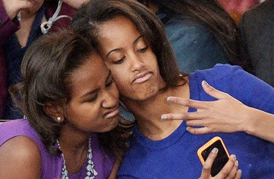 0190000006877056-photo-sasha-et-malia-obama-r-alisent-un-selfie-le-21-janvier-2013.jpg