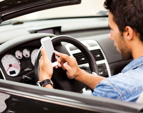 0258000005794481-photo-hausse-de-l-utilisation-du-t-l-phone-au-volant.jpg