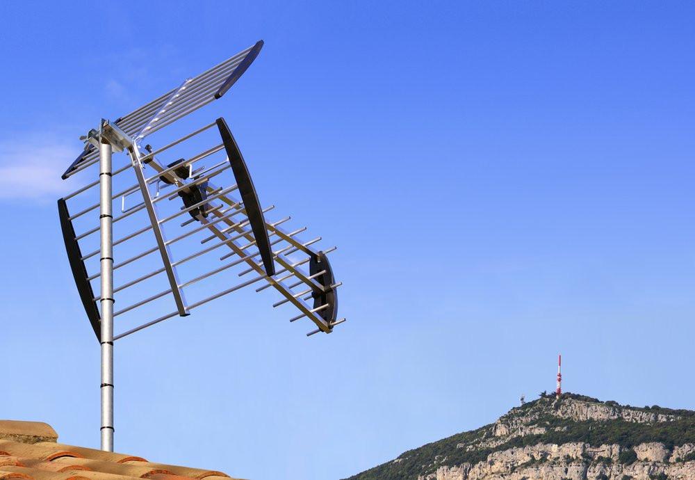 Antenne rateau de télévision TNT sur un toit