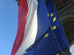 00FA000001418108-photo-drapeaux-de-l-union-europ-enne-et-de-la-france-sous-l-arc-de-triomphe-le-30-06-08.jpg