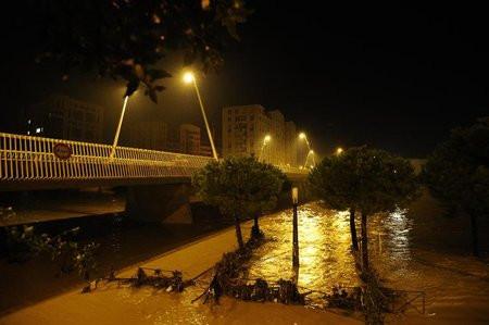01C2000007676065-photo-les-berges-inond-es-du-fleuve-lez-montpellier-dans-l-h-rault-le-7-octobre-2014.jpg