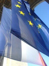 00C8000001418110-photo-drapeaux-de-l-union-europ-enne-et-de-la-france-sous-l-arc-de-triomphe-le-30-06-08.jpg