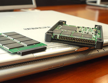 00130340-photo-samsung-ssd-solid-state-disk-nand-flash.jpg