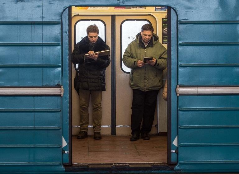 0320000007788131-photo-des-usagers-consultent-leur-tablette-num-rique-et-leur-smartphone-dans-une-rame-de-m-tro-moscou-le-1er-d-cembre-2014.jpg