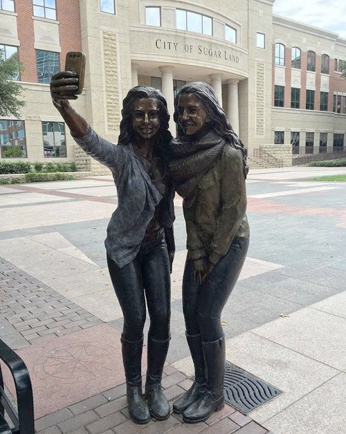 01F4000008465840-photo-texas-selfie-statue.jpg