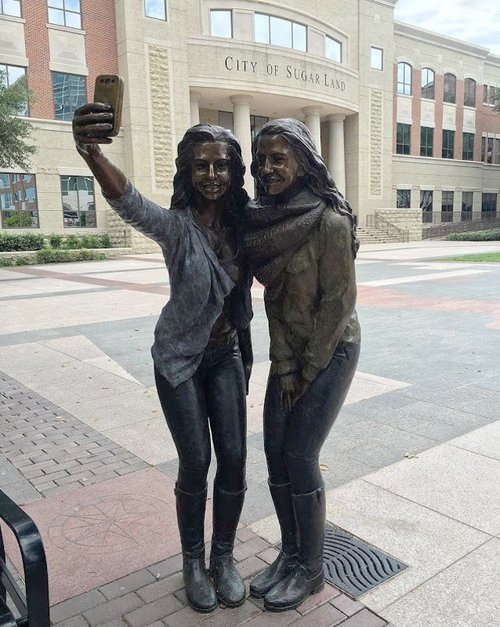 01f4000008465840-photo-texas-selfie-statue.jpg