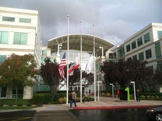 0140000004636232-photo-drapeaux-en-berne-au-si-ge-d-apple-suite-au-d-c-s-de-steve-jobs.jpg