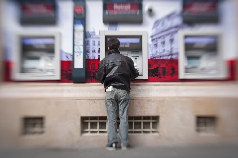 03E8000007097921-photo-des-distributeurs-de-billets-de-banque-le-29-avril-2012-paris.jpg
