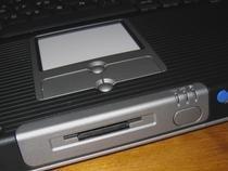 00d2000000113181-photo-maxdata-pro-8100x-sous-le-touchpad-le-lecteur-de-cartes-m-moire.jpg