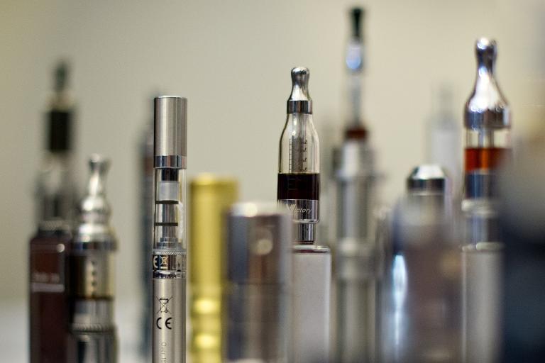 Divers exemplaires d'e-cigarettes photographiés le 12 novembre 2013 à Londres