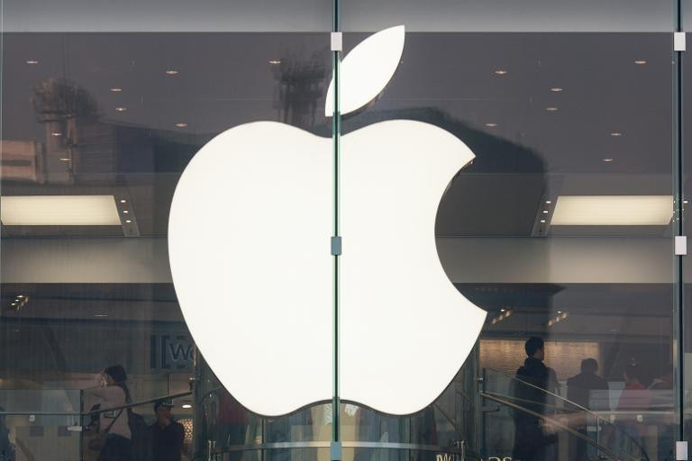 Le logo d'Apple sur la vitrine d'un magasin