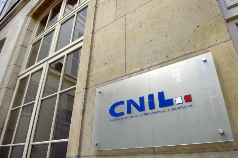 Logo de la Commission nationale de l\'informatique et des libertés (Cnil) à l\'entrée des bureaux à Paris