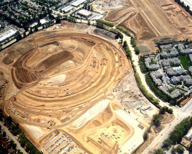 """Le """"vaisseau spatial"""" d'Apple sort de terre en photos"""