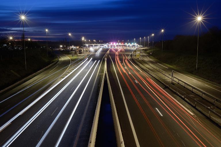 Les lumières de voitures sur une autoroute près d\'Ancenis, le 16 décembre 2014