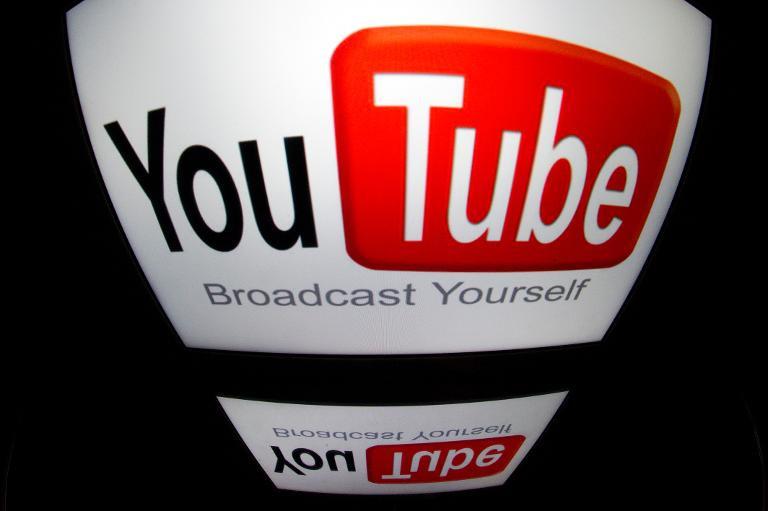 Le logo YouTube sur l\'écran d\'une tablette