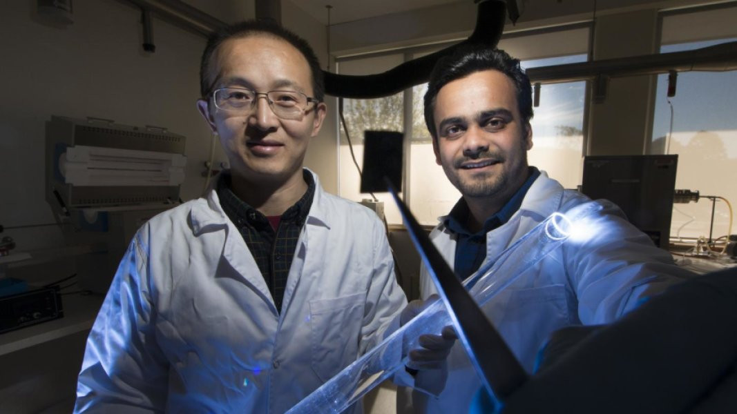 Le professeur Larry Yuerui Lu, à gauche, et le docteur et chercheur Ankur Sharma de l'ANU Research School of Engineering