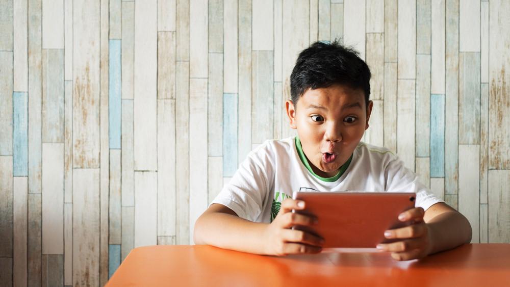 Enfant, tablette et contenu adulte