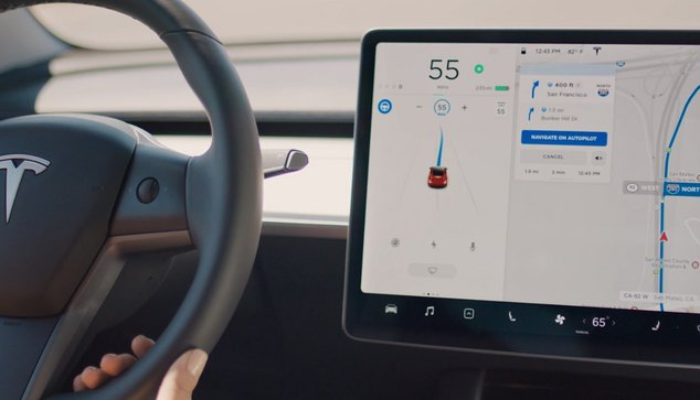 Navigat on Autopolit Tesla.jpg