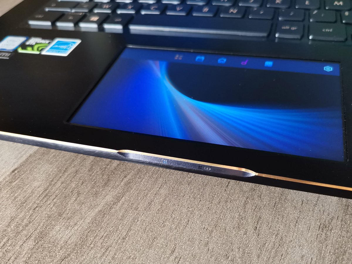 Asus ZenBook Pro 15 UX580 bord biseaute.jpg