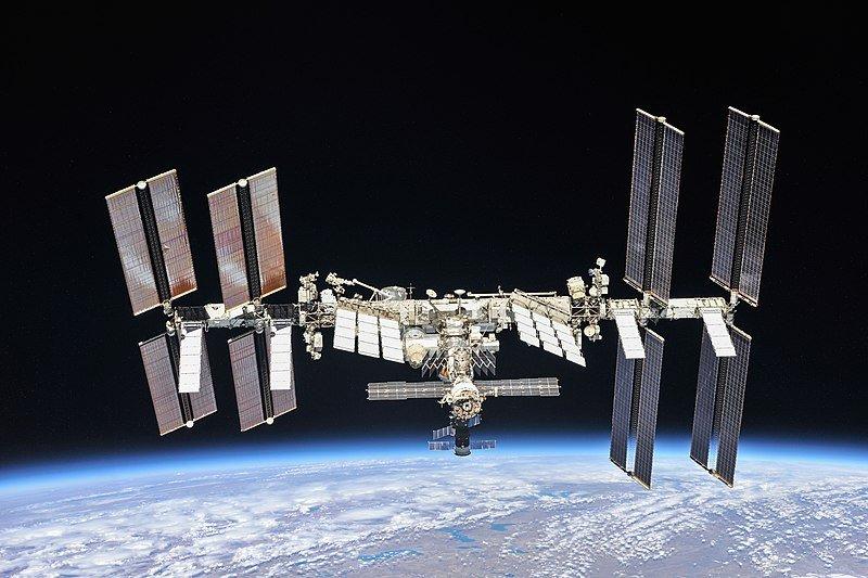 Les astronautes sur les flancs de l'ISS pour préparer l'arrivée de nouveaux panneaux solaires - Clubic