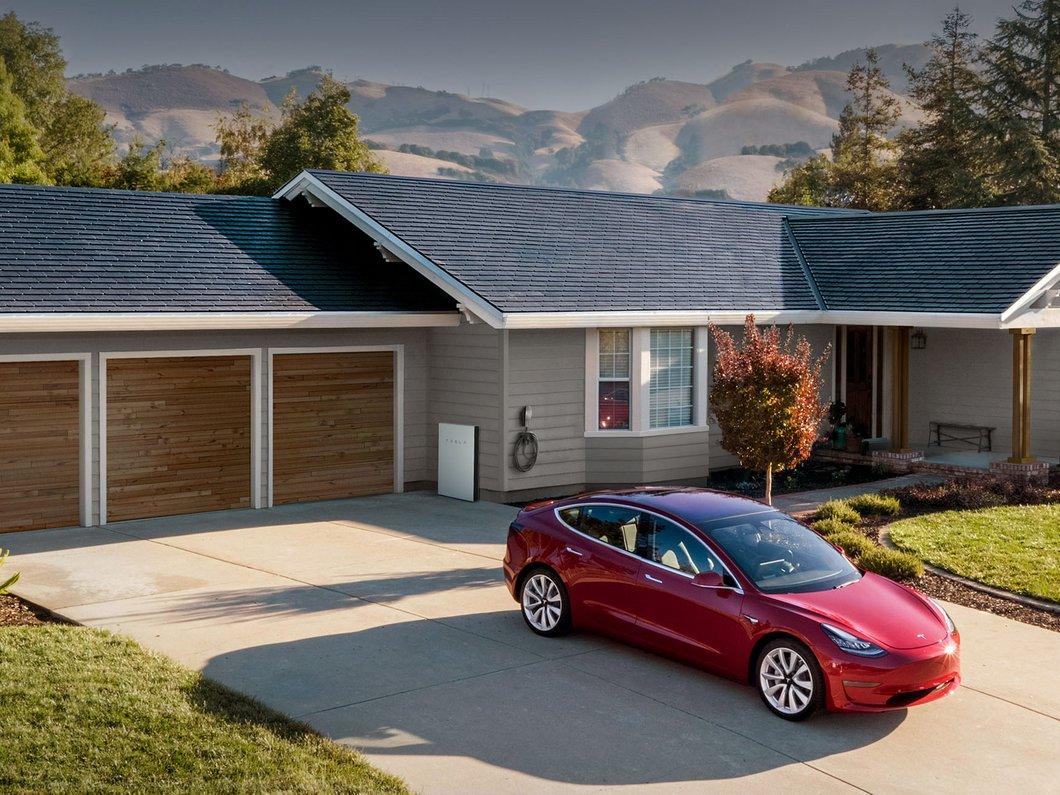 Elon Musk présente les nouvelles tuiles solaires de toit Tesla au prix sacrifié
