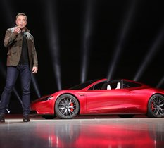 Tesla Roadster : le propulseur Space X serait caché derrière la plaque d'immatriculation