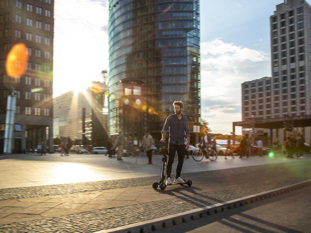 Audi présente un étonnant concept de trottinette-skate électrique e-tron à 2000€