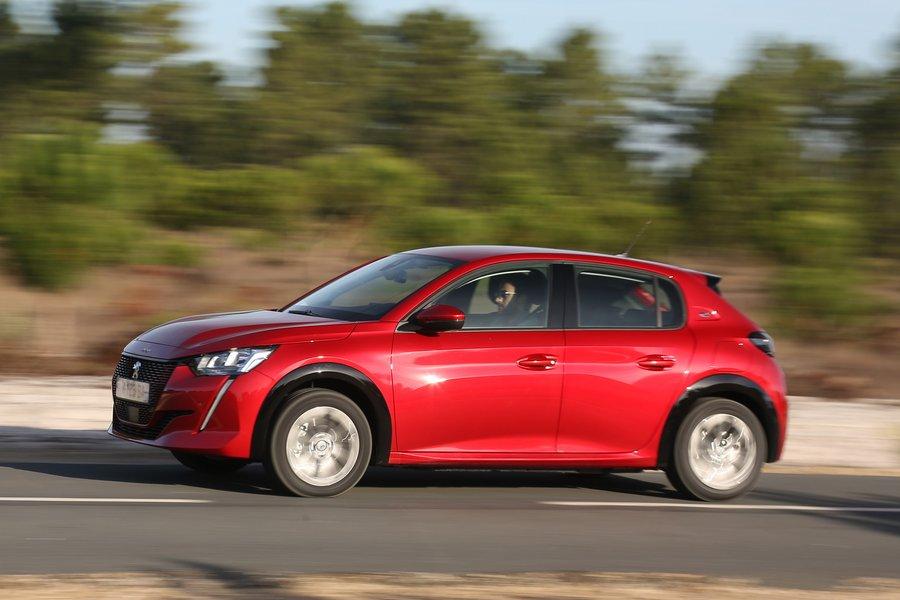 La Peugeot e-208 s'est mieux vendue en janvier 2021 que la Renault ZOE - Clubic