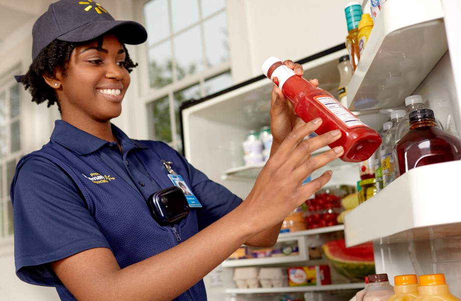 Aux Etats-Unis, les livreurs Walmart rangent aussi vos courses dans votre réfrigérateur