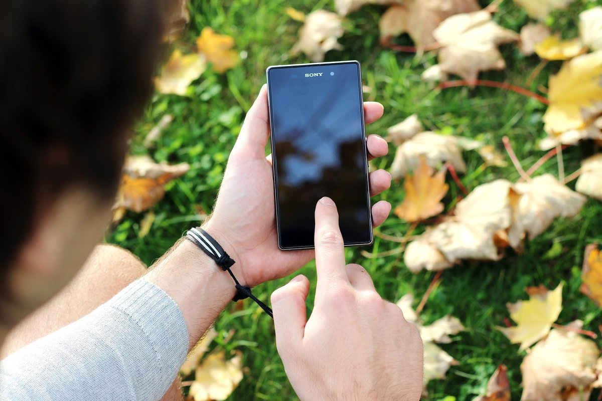 smartphone écran doigt