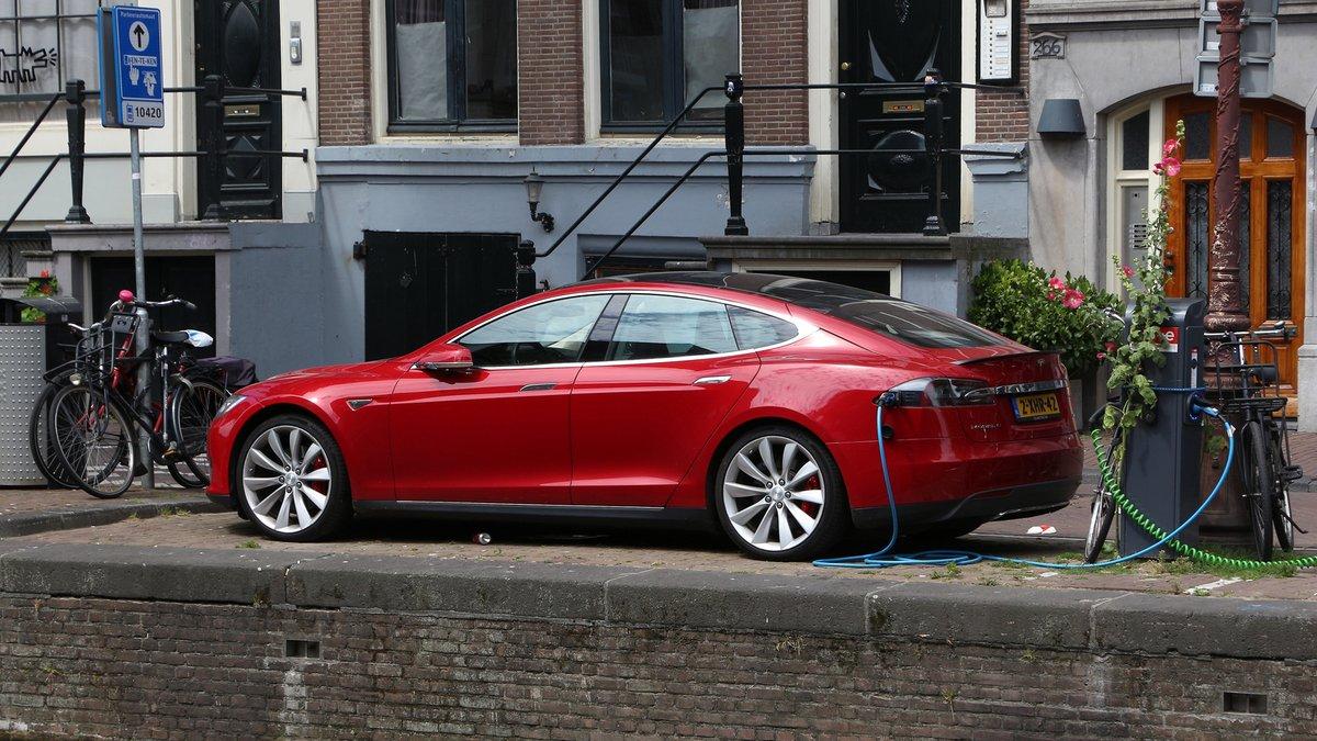Tesla Model S © Tupungato / Shutterstock.com