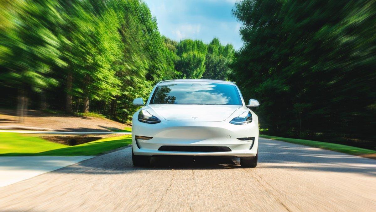 Tesla Model S © TierneyMJ / Shutterstock.com