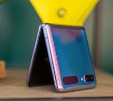 Test Samsung Galaxy Z Flip : la recette du smartphone pliable s'améliore