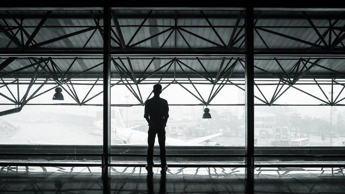 aeroport-homme-seul.jpg