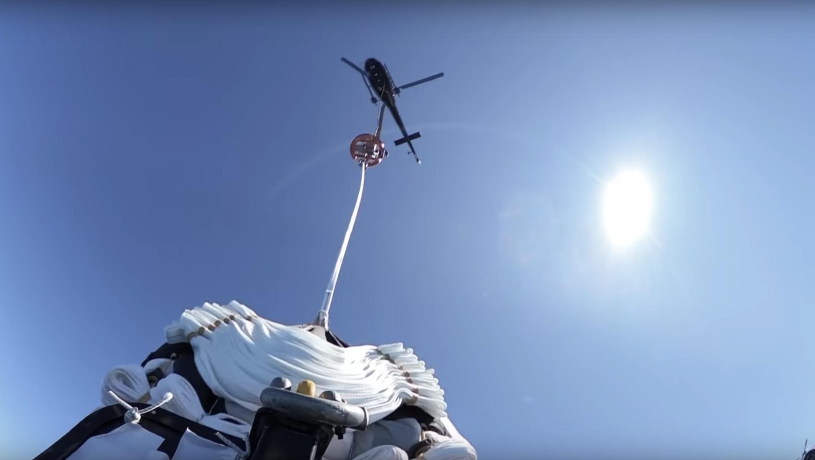 Rocket Lab prouve sa capacité à rattraper un étage de lanceur en pleine retombée
