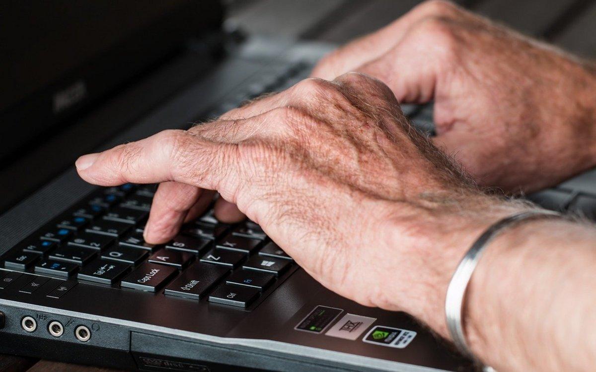 ordinateur personne âgée © Pixabay