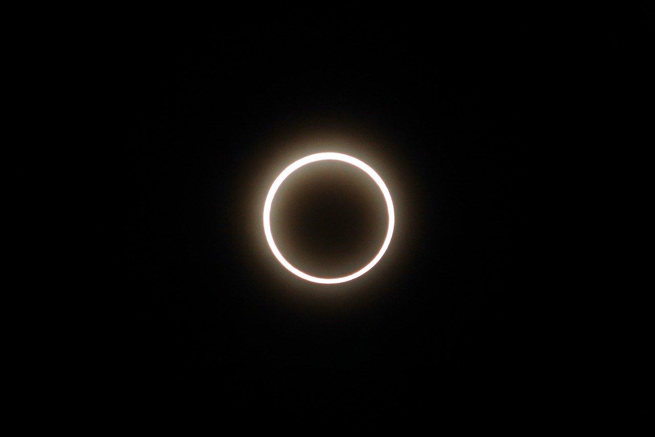 Astronomie : ce week-end la Lune a fait de l'ombre au Soleil (et a ravi les photographes)