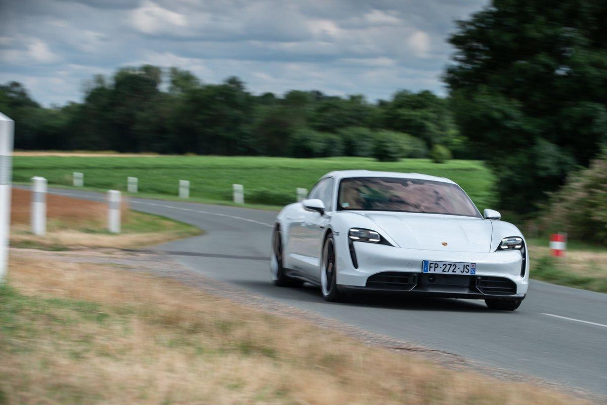 Porsche Taycan Turbo S sur la route © Porsche