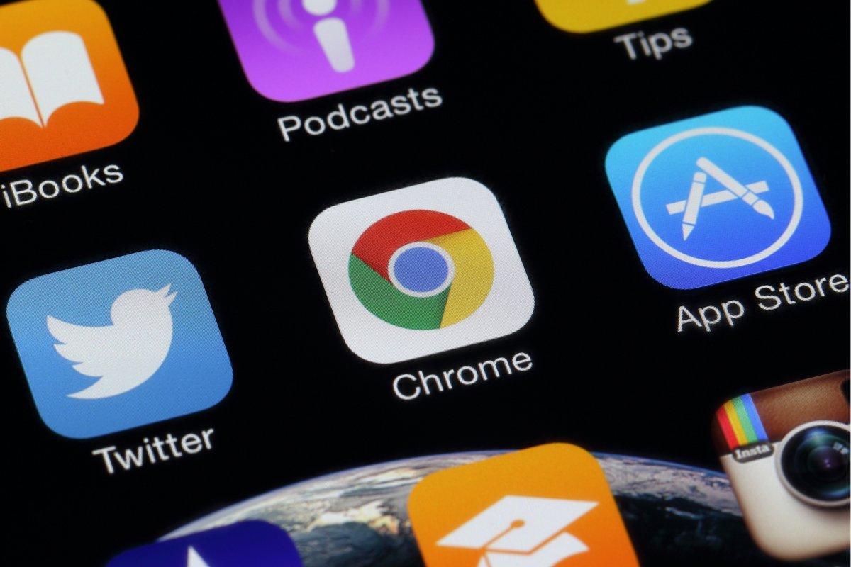 Chrome iOS © charnsitr / Shutterstock.com