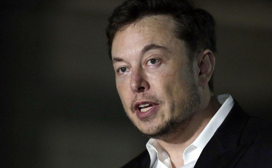 Tesla : Elon Musk pense à produire un van électrique à panneaux solaires - Clubic