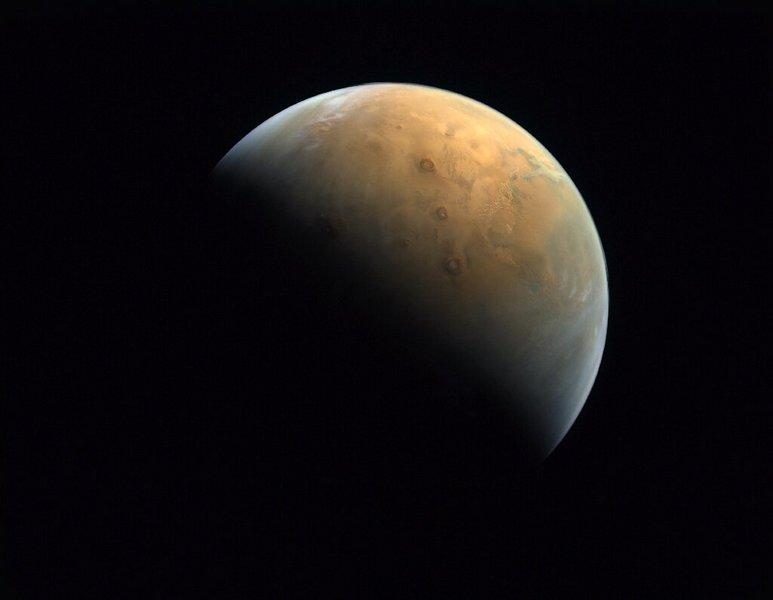 Quelques jours après son arrivée, la sonde Hope nous a transmis sa toute première image de Mars - Clubic