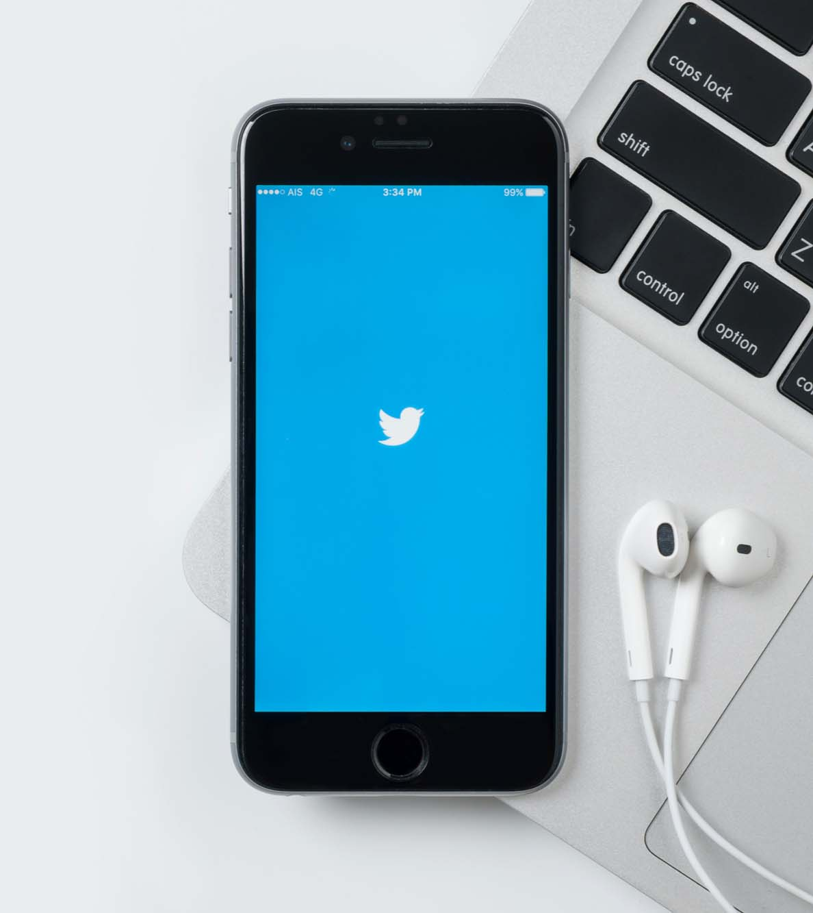 twitter iphone © ArthurStock / Shutterstock.com